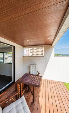 2階に開放的なデッキテラスのある家 イメージ