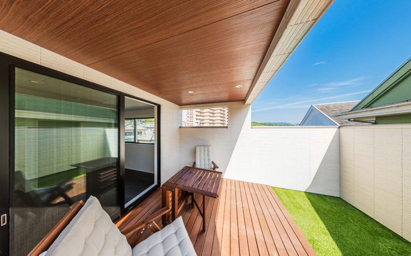 2階に開放的なデッキテラスのある家